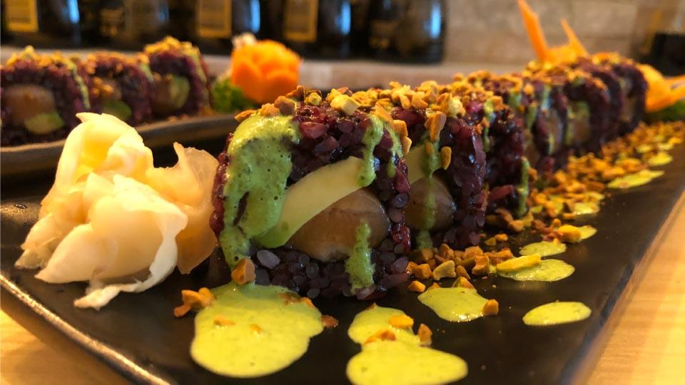 Uramaki con riso nero venere e salmone